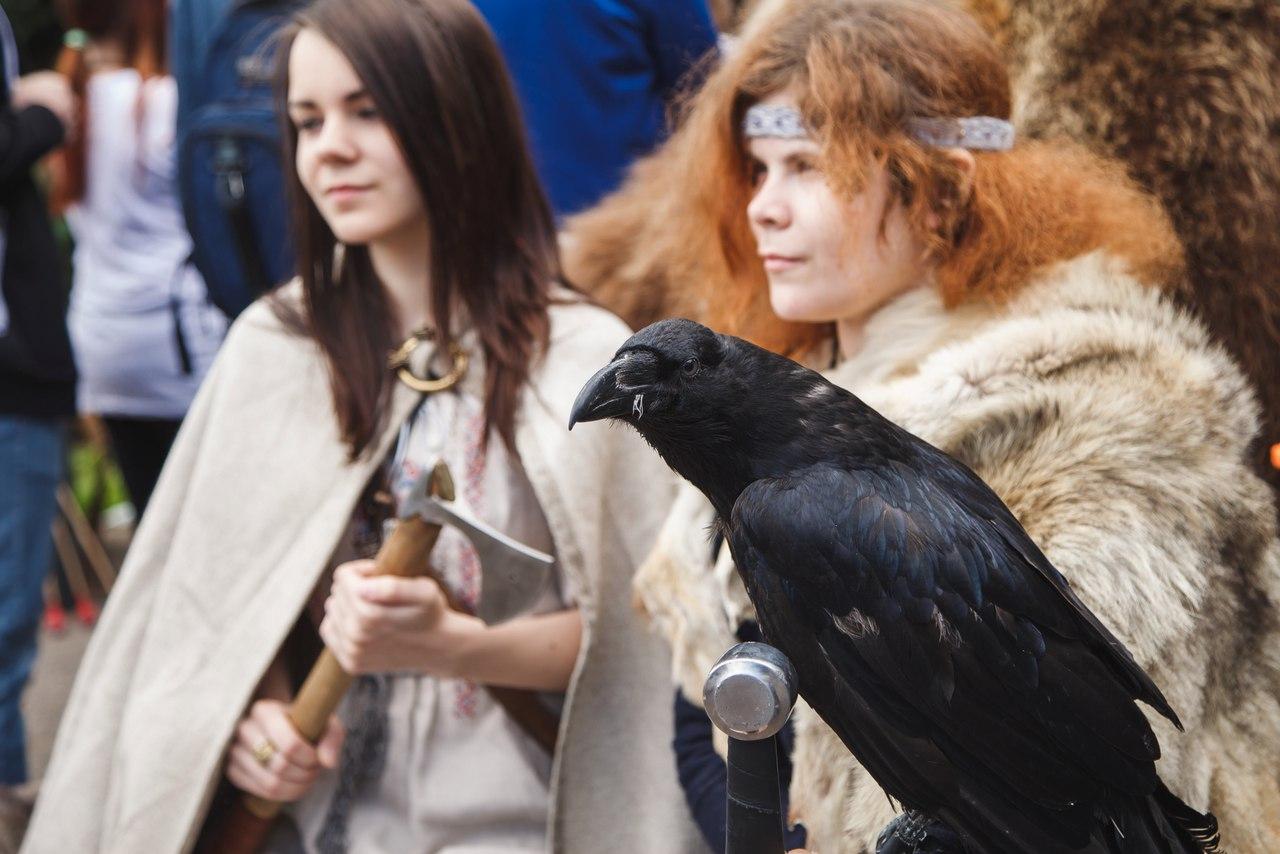 традиционный наряд фото с фестиваля игры престолов пропагандирует изящество